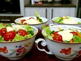 Como Fazer Salada na Xícara com Molho de Parmesão